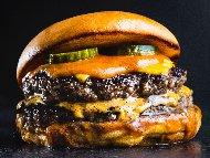 Двойни чийзбургери с телешка кайма, чедър и кисели краставички